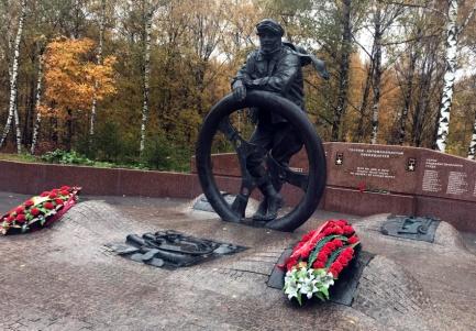 Торжественный митинг и возложение цветов к памятнику Героям-автомобилистам 24.10.2018