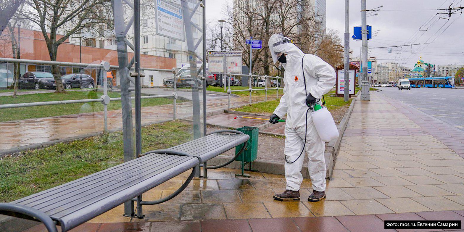 Как дезинфицируют вестибюли метро и остановки наземного транспорта в Москве