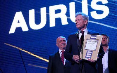 Директор Ассоциации ТАМА вручает награду на Автомобиль года
